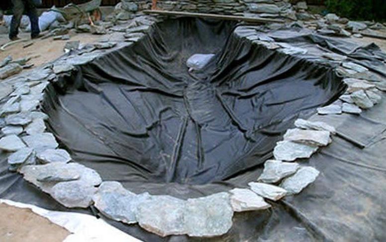Укладка пленки и геотекстиля для пруда